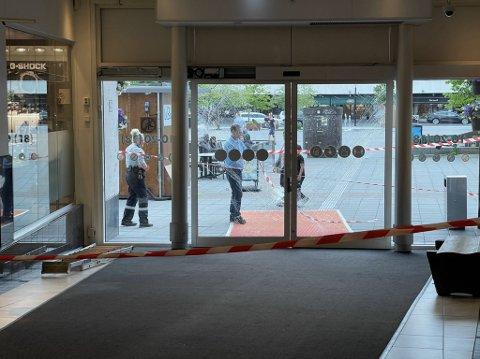 STENGT: Vektere sørget torsdag kveld for at hovedinngangen ble stengt etter uhellet.