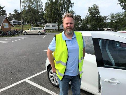 BØTELEGGER: Når go´været slår til– og med stor utflukt oppstår det lett parkeringskaos. Her er enhetsleder i Sandefjord parkering, Terje Jalland på Granholmen.