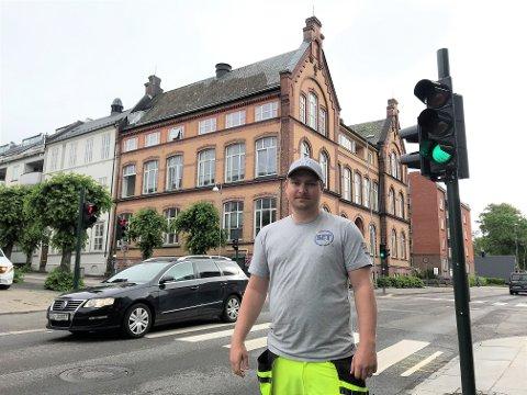 NYTT OG MODERNE: Paul André Kristiansen i Set Elektro starter nå sammen med et gravelag og en kollega for å oppgradere lyskrysset betydelig.