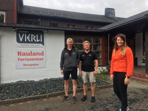 NYE EIERE: Ivar Magnesen(f.v.) og Sebastian Magnesen er to av de nye eierne av Camp Vierli. Her med tidligere eier Kristin Larsen. FOTO: Privat