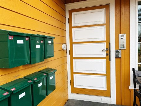 BLE LURT: Lørdag formiddag ringte Oliver Jansen på døra til Tønsberg-kvinnen. Nå advarer hun andre mot svindlertrikset.