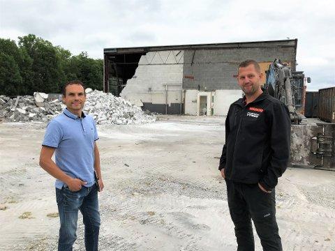 GLEDER SEG: Tom Kvernsveen, regionsjef og Jan Eigil Caspersen, daglig leder, ser fram til de nye lokalen er ferdige.