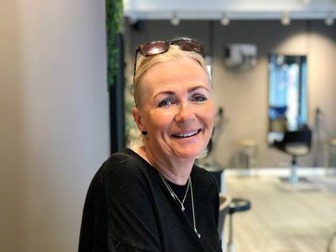 SOMMERHÅRET: Daglig leder i Salong Creative Marianne Merckoll anbefaler å bruke produkter med solbeskyttelse i sommer.