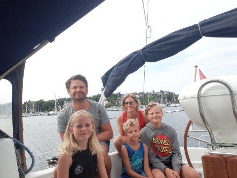 Astrid (10), Hjalmar (6) og Sondre (12) på første rad. Mamma Camilla og pappa Kasper på andre. Det er sannsynlig at denne gjengen kommer til å snakke mer om spekkhoggere enn været etter denne helga.