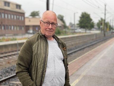 SKULLE HJEM: Knut Røe hadde vært på besøk hos datteren i Stokke og skulle nå hjem til Lillestrøm. Reisen hjemover herfra blir per buss.