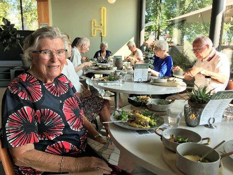 MYE ALENE: Kari Førde og mange eldre har kunne kjenne på følelsen av å bare ha seg selv som eneste selskap under pandemien. Kommunens tilbud om å spise en bedre middag, prate og hygge seg med likesinnede varmer.