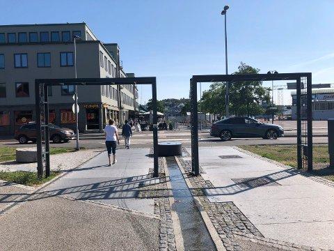 KOLLIDERER: Dersom forlengelsen av paradegata skal gå rett fram ned til Brygga, kolliderer den med uteanleggene til både Brygga Bar og James Clark.