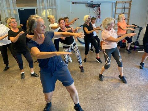 DANS: Mandag denne uken var andre gang gruppen « Danseglede» møtte til dansetrening. Primus motor, Kristin Sukke Gautestad (i forgrunnen) håper å få på plass et opplegg der alle som står på venteliste, skal få anledning til å bli med på dansen.