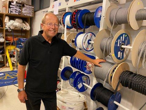 BÅT: Werner Vik Hansen har tusenvis av produkter i sin Båtbu, i dette hjørnet av lokalet har båtfolket kunne kjøpe kvalitets tau, metervis etter ønske. Dette og mange av butikkens andre tjenester vil nok bli et savn for mange.