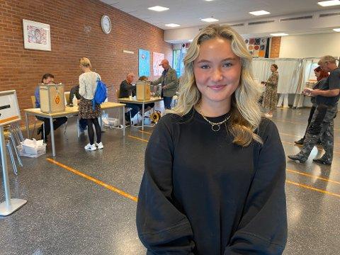 STEMME: Maja Bjerkenes (18) kunne for første gang avgi sin stemme ved er stortingsvalg. Mandag ettermiddag tok hun turen til stemmeurnen ved Varden ungdomskole.