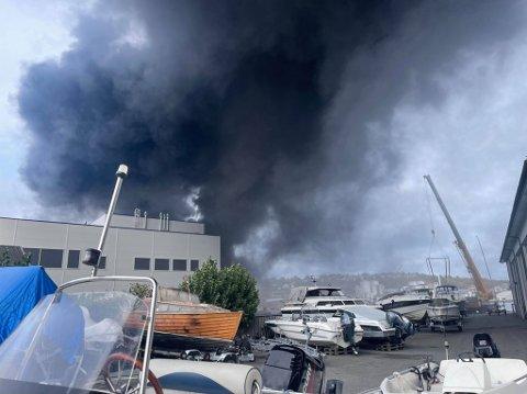 BRANN HOS JOTUN: Dette var synet som møtte de ansatte hos Sor-Tec båtverksted da det brant hos Jotun FOTO: Innsendt