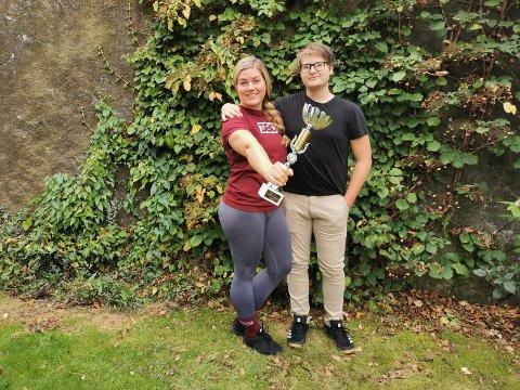NORGES STERKESTE: Nina Hake (36) er utrolig stolt etter å ha jobbet seg tilbake i sporten «Strongman». – Det som betyr aller mest, er når sønnen min Ludvig, heier meg fram og kommer med klemmer. Da fylles hjertet til randen av følelser og jeg blir skikkelig rørt, sier den nybakte norgesmesteren. På seiersbildet står hun sammen med Ludvig Hake Dalseth (15). FOTO: Privat