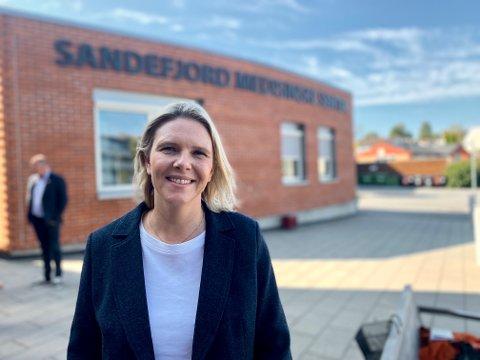 PÅ BESØK: På vei til Larvik torsdag stoppet Sylvi Listhaug (Frp) innom Sandefjord Medisinske Senter. Sandefjord er en av få kommuner som har et eget kreftteam med  kreftkoordinatorer.