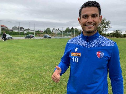 FORNØYD: Deyver Vega er strålende fornøyd med å være tilbake i Sandefjord. Nå ser han fram til å spille kamper igjen.
