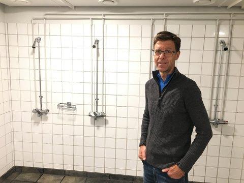 DUSJ MER! – Hvis elevene dusjer mer, utnyttes kapasiteten av det varme vannet på taket bedre, sier Geir Fossnes, som er daglig leder for driftsavdelingen på Gjennestad.