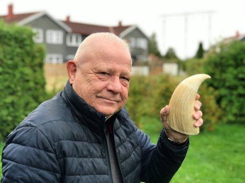 NOEN STØRRE? Åge Johansen viser frem en stor og prektig spermhvaltann på hele 20 cm.