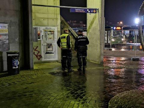 PÅ PLASS: Politiet var på plass på Ruten sent mandag kveld. Foto: Ronny Hjertås