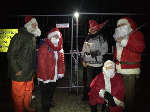 AKSJON: Fem personer ikledd nissedrakter har stengt og låst porten til arbeiderne som skal inn til Vardafjell vindpark
