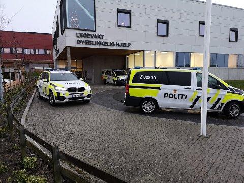 SYNLIG: Politiet stiller med flere patruljer når den mistenkte fraktes til legevakten lørdag formiddag. Foto: Ronny Hjertås