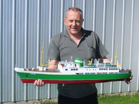 FORELSKET: 64 år gamle John Thoroughgood har forelsket seg i det gamle nattruteskipet MS uten selv å ha sett skipet. Hans fascinasjon for skip og båter førte til at han laget en miniatyrmodell av skipet.