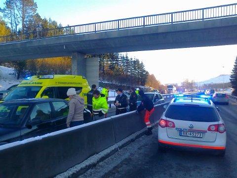 ULYKKE: En personbil kolliderte med midtrabatten på E 39 ved Bråstein tirsdag ettermiddag.