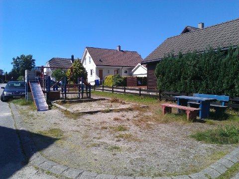 FØR: Lekeplassen på Stangeland før den ble fjernet. For familien Monastyrev Sysoeva var det å ha en lekeplass i området en viktig faktor å ta hensyn til når de skulle flytte.