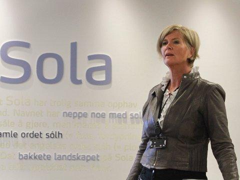 – GOD MULIGHET FOR OSS: Næringssjef Ingrid Iversen i Sola kommune strekker ut hånden til sandnesgauker som ikke er lystne på å betale bompenger for å handle i egen by.