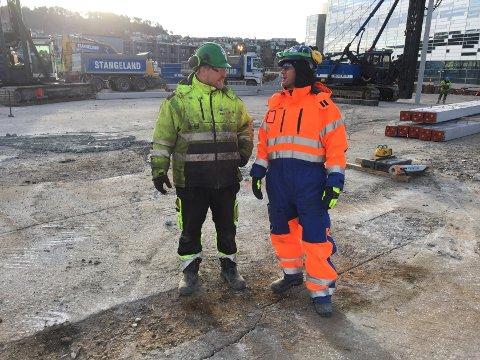 Bygningsarbeider Stian Bø (til venstre) og produksjonsleder Jo Horve (til høyre) er godt kledd for kulden.
