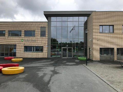 GIR SEG IKKE: Sørbø skole kommer til å beholde flagget. Rektor Elisabeth Aksnes sier at regnbueflagget står inntil videre, uavhengig av hva avsender måtte mene.