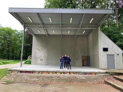 FESTIVAL: Sander Olsen (19), Daniel Karlsen (16) og Aiden Rosendahl (17) tror det skal bli skikkelig sommer- og festivalstemning her i Sandvedparken.