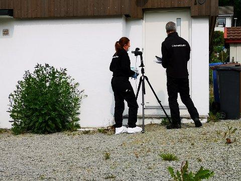 ETTERFORSKES: Kriminalteknikere er i gang med undersøkelser på åstedet