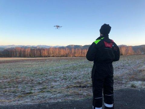 TESTING: Dronepilot måler landskap ved hjelp av drone.
