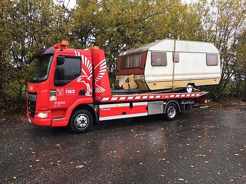 RYDDING: Her kjøres campingvognen bort.