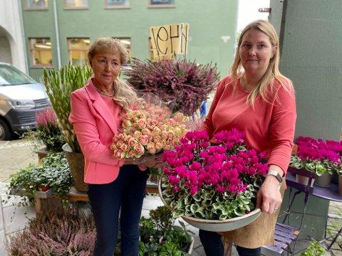Innehaver av Aarrestad blomster, Olaug Eide sammen med blomsterdekoratør Tone Kristin Tollefsen.