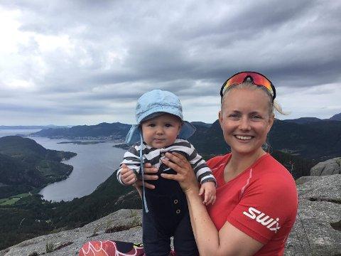 Line Dahl Skjerven sammen med sønnen Lars.