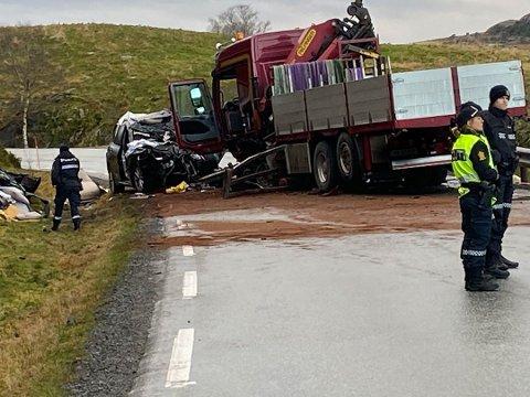 Livet sto dessverre ikke til å redde for én av personene i personbilen.