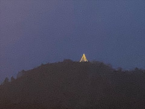 Julebelysningen på toppen av åsen kan sees fra mer eller mindre hele Bersagel, og bidrar til julestemningen i bygda.