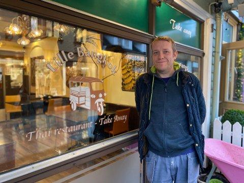 EIER: Kim Nilssen driver restauranten Lille Bangkok sammen med kona Amporn Krailum.