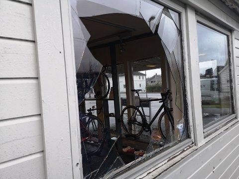 STAVANGERVEIEN: Slik så det ut hos bedriften i Stavangerveien søndag morgen.