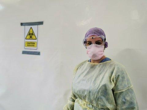 I fullt verneutstyr tar Kjersti Lea Sletten koronaprøver. Alle blir behandlet som smittede når de kommer til testteltet.