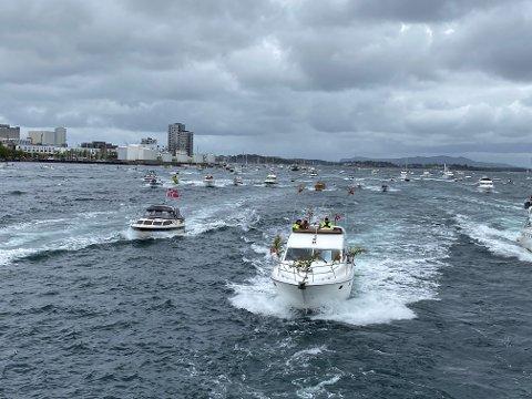 Flere båter hadde trosset regnet.