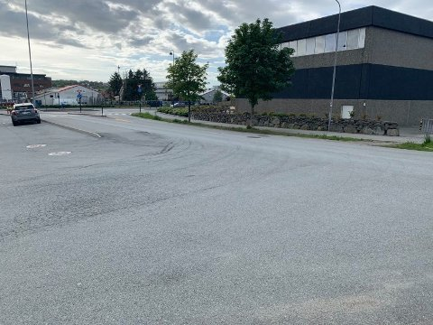 Av- og påstigning for barnehagen, kort avstand til Forussletta/bussveien og forkjørsvei setter sinnene i kok på Lura.