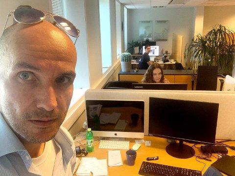 SOMMERTIDER: Ansvarlig redaktør Frode M. Gjerald ser fram til en god nyhetssommer på sandnesposten.no. I bakgrunnen journalistene Ida Tiberg og Daniel Skutle Ulloa.