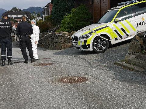 UNDERSØKER: Politiet på plass på Austrått tirsdag ettermiddag.