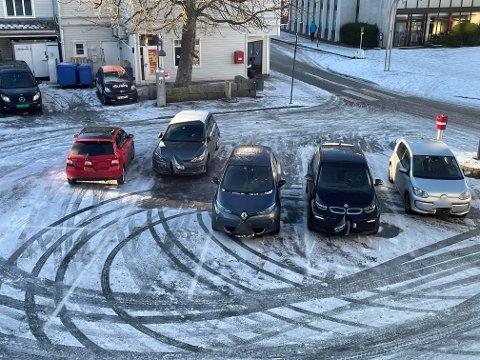 På parkeringsplassen nord i Langgata har de fleste bilene parkert utenfor eller på linjene, men alle slipper trolig bot.