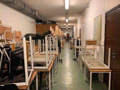 Bomberommet er en lang smal gang med dører på sidene som fører inn i små rom.