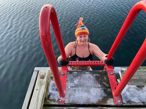 For ti år siden ble Elisabeth Tipple utfordret til å prøve isbading. Nå bader hun en gang i uka året rundt.