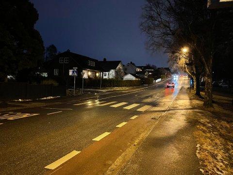 Når bussen står på stoppet til venstre i bildet, er det umulig å se fotgjengere før de er halvveis ut i veibanen.