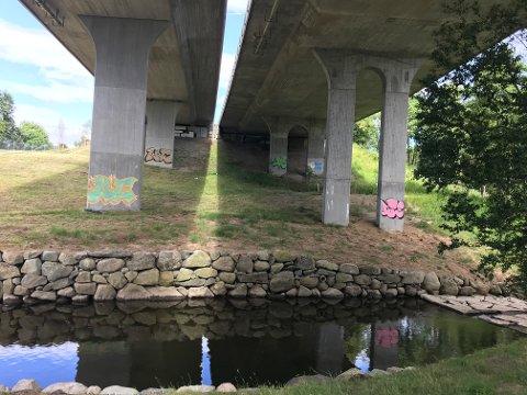 Etter utvidelsen av veien er støy blitt et problem. Kommunen mener Vegvesenet må rette opp og betale. Nei, svarer Vegvesenet.