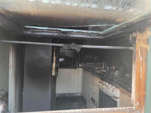 Slik ser det ut på kjøkken etter brannen.